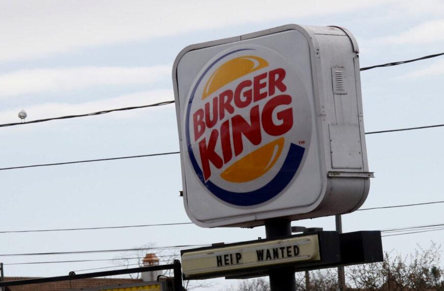 WE ALL QUIT: pracownicy fast foodów i sklepów w USA masowo rezygnują z pracy